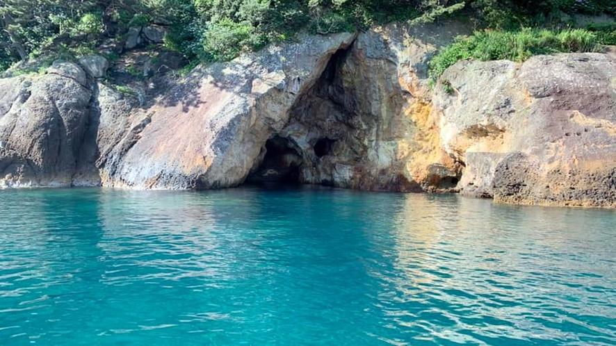 *【遊覧船プラン】赤井浜/満潮で波が穏やかな日には、洞窟のかなり近くまで入ることができます。