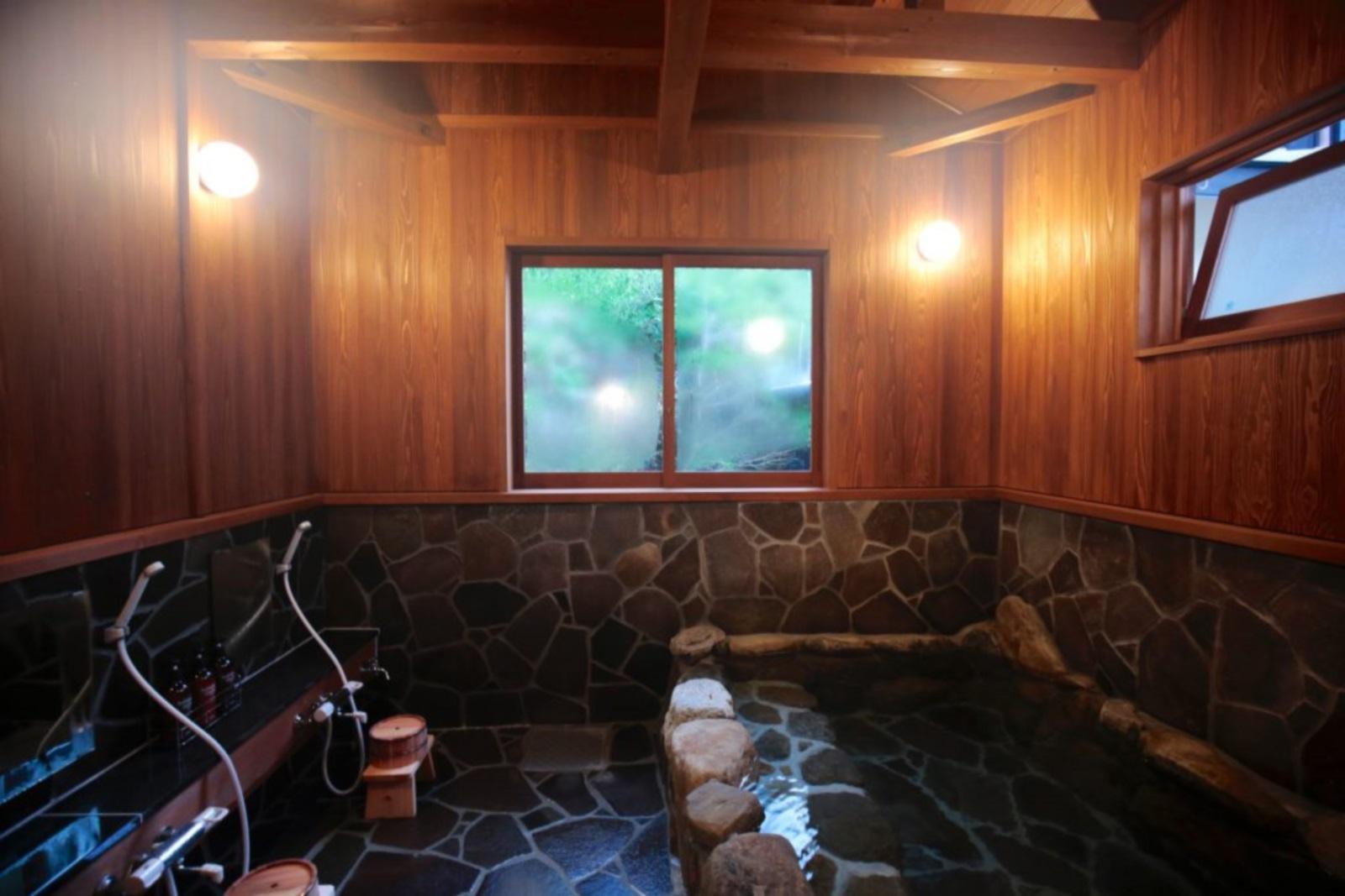 【施設内浴場(岩風呂)】由緒ある天然温泉を保有する【 源泉宿 】として【 源泉かけ流し 】にこだわっ