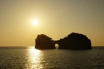 【観光:円月島】 円月島に沈む夕陽は「日本の夕陽100選」に選ばれています。