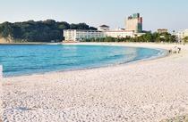 【レジャー:白良浜】 延長620mの遠浅の浜。90%の珪酸を含む石英砂は、文字通り真っ白でサラサラ。