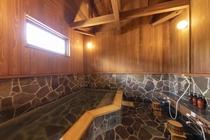 【施設内浴場(檜風呂)】肌に優しく滑らかな泉質で、様々な効能があります。