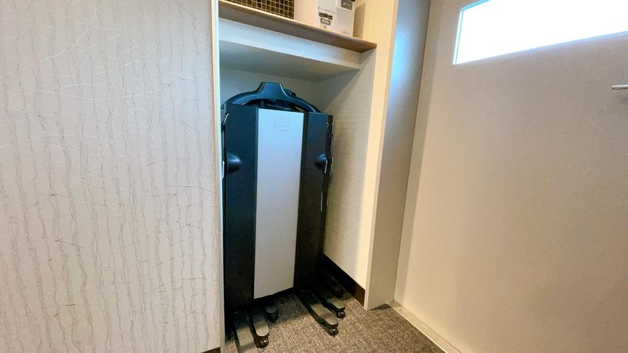 【ズボンプレッサー】 各階のエレベーターホールにご用意がございます。