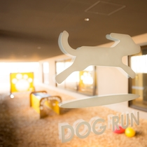 【ドッグフレンドリーフロア】木のチップを敷いたドッグランは、ロッジア(開廊)設計で雨の日でも安心して