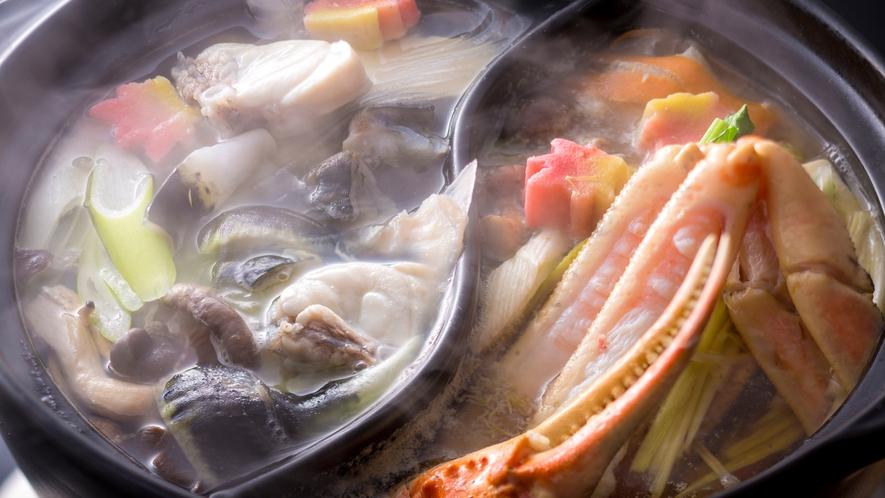 """【シェフズダイニング""""咲楽""""】「松葉がにのすき鍋」と「とらふぐのてっちり鍋」の贅沢二色鍋(イメージ)"""