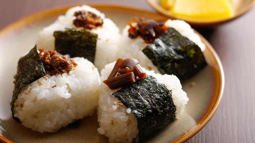【朝食ブッフェ】おにぎりの具材は、そずり肉のしぐれ煮や佃煮など4種から(イメージ)