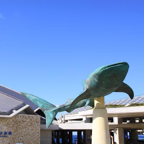 【美ら海水族館 車で30分】入り口のジンベイザメのモニュメント