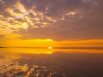 水盤に映りこむ空と夕日