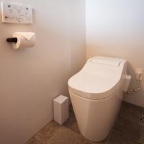 快適なトイレルーム、温水洗浄便座付き。