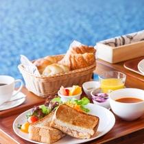 【ご朝食】お部屋でも、芝生の庭でも、見晴らしの良いフロント棟屋上のカフェ席でもOK
