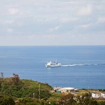 眼下に伊平屋島、伊是名島航路のフェリーが通ります。ここだけの風景。