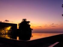 水盤に映る夕景のシルエット