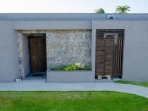 ヴィラのドアと壁面