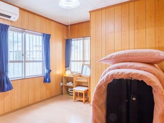 陽当たりの良い明るいツインベッドルーム
