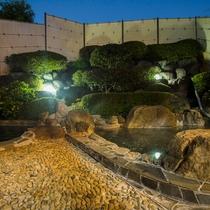 【男湯】露天風呂。地下160mから自噴する単純アルカリ硫黄泉。