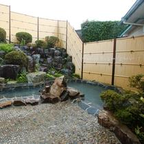 【女湯】露天風呂。とろっと柔らかな源泉をお愉しみください。