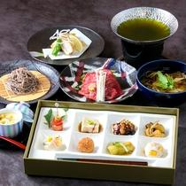 球磨牛の緑茶しゃぶしゃぶ(中央)は、ぼたん鍋(イノシシ鍋)に変更することも可能です