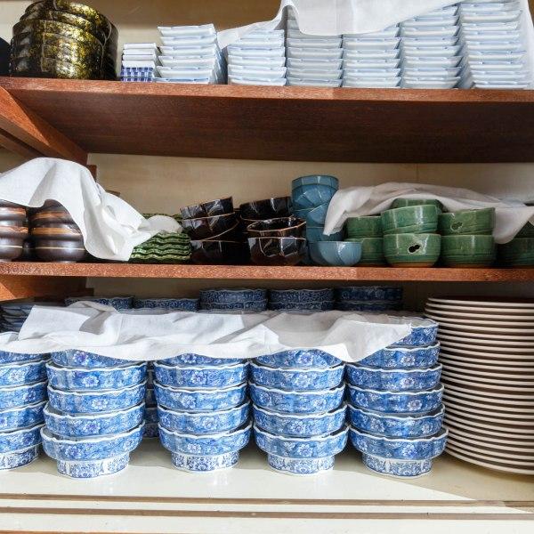 共用の厨房。食器類も自由にお使いください。