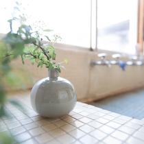 レトロなタイルばりの共用洗面所です。
