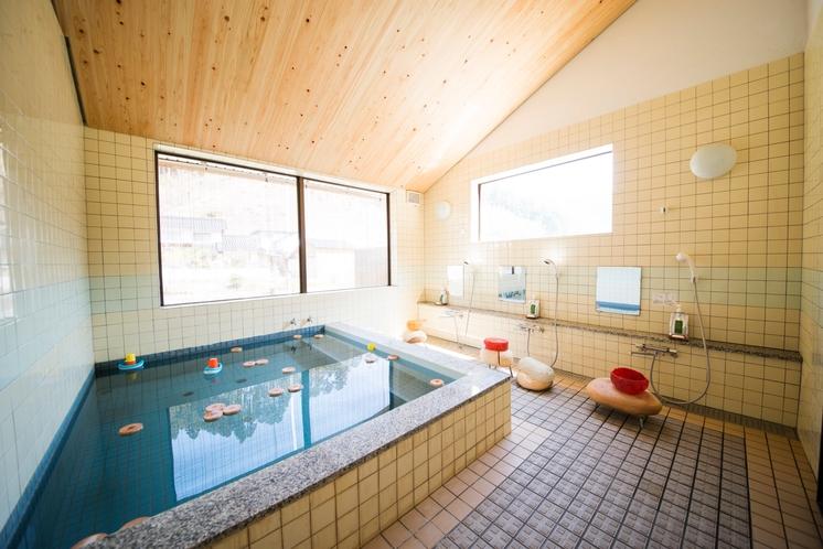 天然ラジウム温泉。とろりと肌に柔らかいお湯は、体を芯から温めてくれますよ。