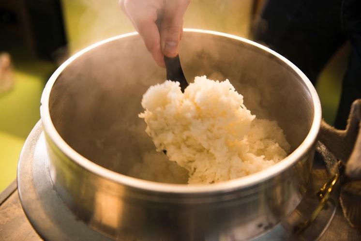 おくどさん。お米は村内でつくられたもの。朝晩の寒暖差と美味しい水が、お米の美味しさの秘訣なんだとか。