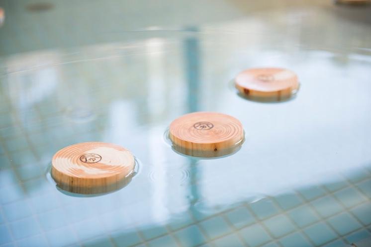 地元のひのきを浮かべた入浴剤ならぬ入浴木。木の香りを楽しめます。元湯おみやげ売り場でも購入できます。