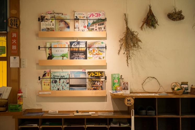 閲覧可能な雑誌や小説、漫画など多々。ボードゲームなどもありますよ。