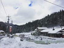 冬は雪がつもります。村内には小さなスキー場もあります。車で1時間ほどのところに、ちくさスキー場も。