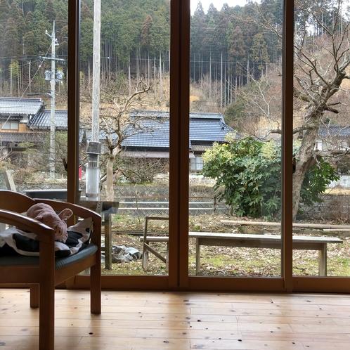 個室の縁側部分。大きな窓から見える景色に癒されます。