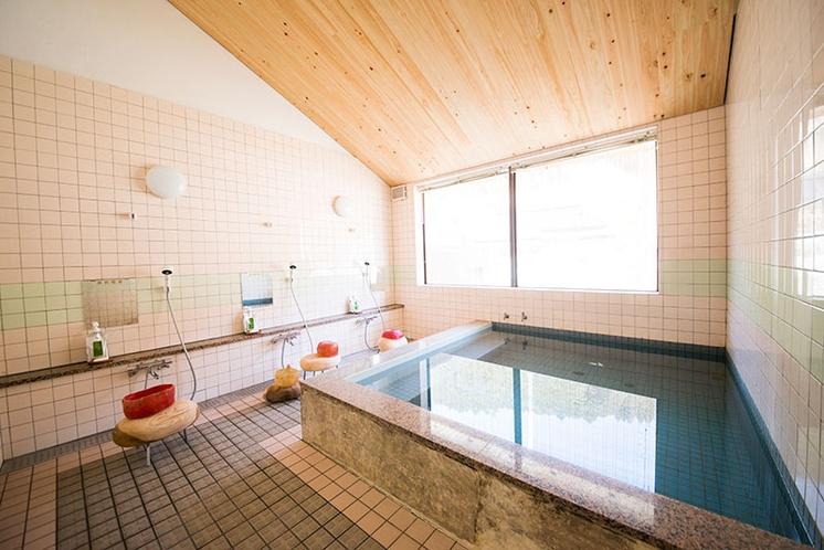 内湯が男女それぞれひとつの小さなお風呂です。薪で加温した温泉はとろとろと柔らかく優しいお湯です。