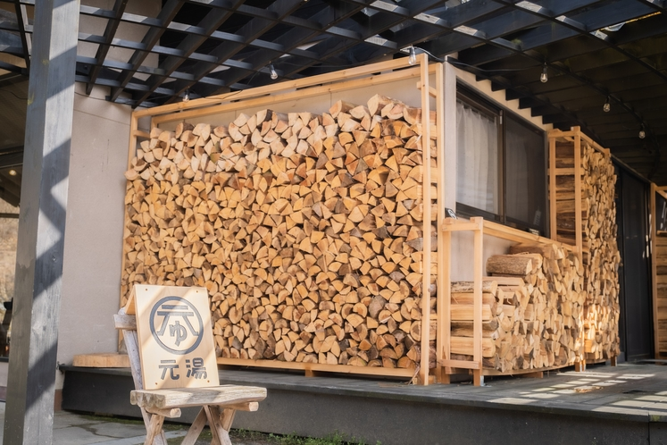 森と暮らす薪の宿として、薪の壁をディスプレイ。並べてみると圧巻です。