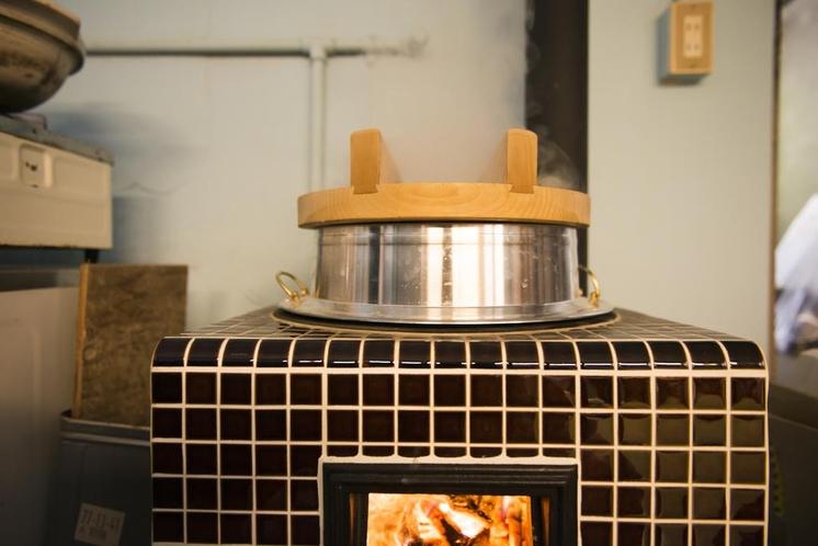 ごはんは、村産材でつくっている割り箸の端材を焚きつけにして、おくどさんで炊いています。