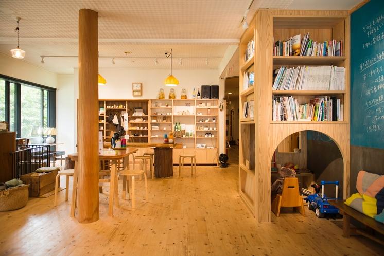 木のぬくもりに包まれるカフェスペース。