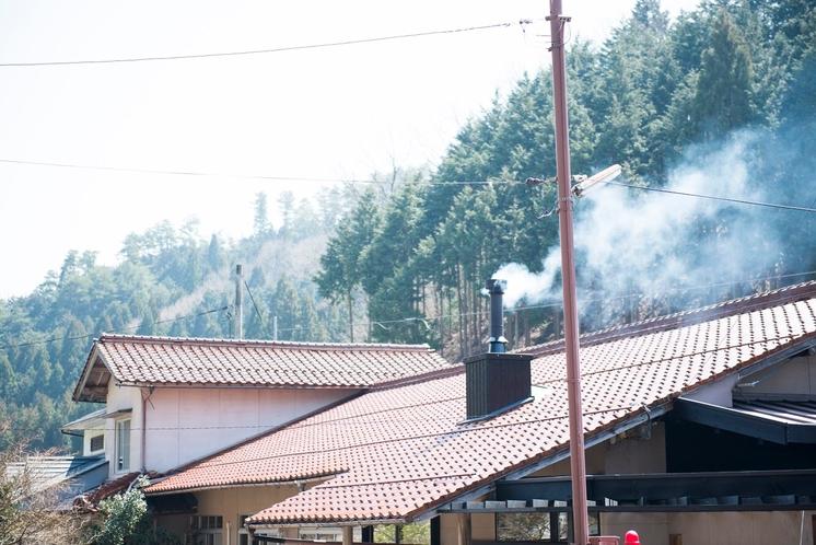 煙が立ちのぼる風景も、ひとつの元湯名物。