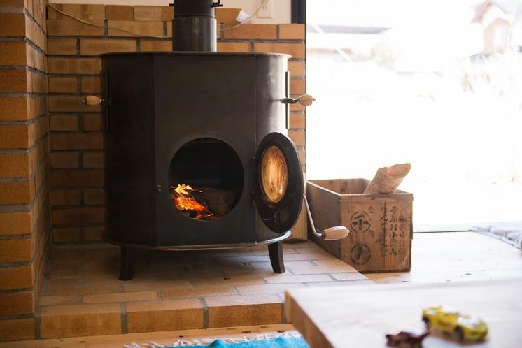 冬は薪ストーブを使っています。薪も生活の一部。
