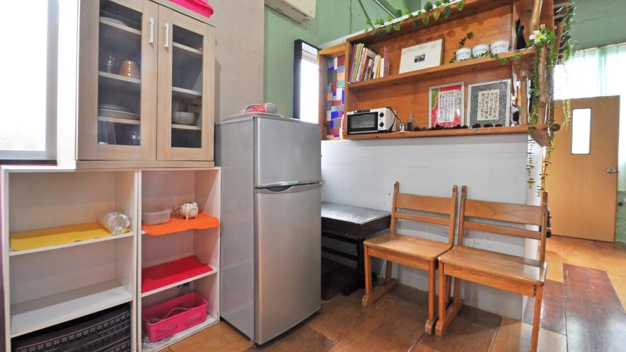 【2F客室】トースターや冷蔵庫、ドライヤー、その他食器類もございます