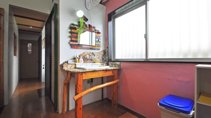 【2F客室】室内には洗面台もございます