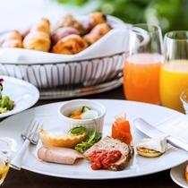 ■朝食 日替わりの卵料理や焼き立てパン、新鮮野菜など