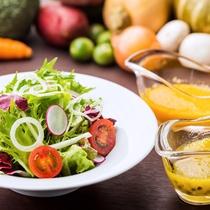 ■地元農家さんから仕入れた新鮮野菜のサラダと手作りドレッシング