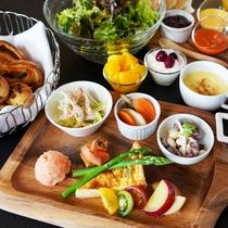 ■朝食一例 旬野菜のキッシュや焼き立てパン、自家製スムージなど