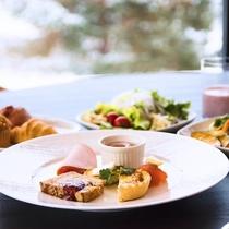 ■朝食:旬野菜のキッシュ、地元野菜のサラダ、焼き立てパン、自家製スムージなど