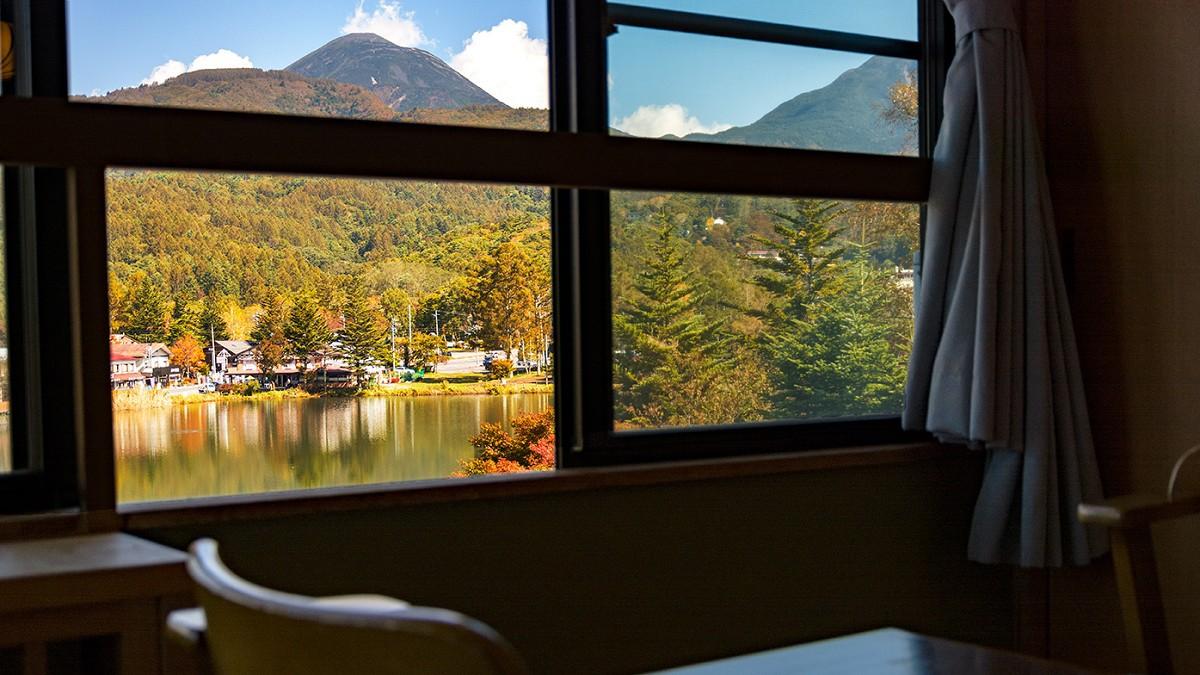 【レイクサイド】秋の眺望(一例)。白樺の木の開けたヒュッター前、日の光を集める蓼科湖が目の前に。