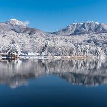 雪景色の美しい蓼科湖と蓼科山