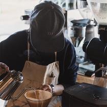 カフェスタッフが淹れたてコーヒーをご提供