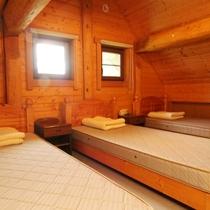 ログハウス_2階ベッドルーム