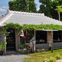 【りんごカフェ】沖縄らしい赤瓦の古民家風のカフェ 当館から車で約13分です