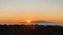 テラスより伊豆大島の朝日を望む