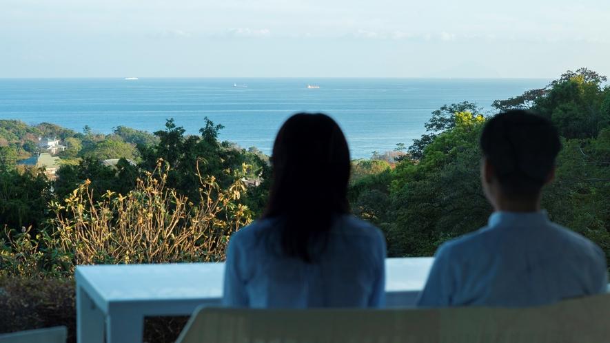 テラスから海のパノラマを一望