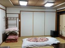 大広間を区切ったお部屋です。襖一枚でしきっていて廊下側は障子で出入りになります。