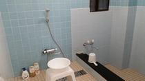 新しくなった小浴場です。シャワーが3台あります。シャンプーリンスボディーソープは備え付けてあります。