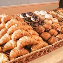 ★朝食は焼き立てパンが食べ放題♪